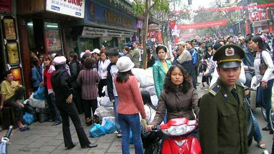 Ruuhkaa Hanoin katunäkymässä.