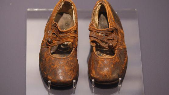 Titanicista löydetyt lapsen kengät.