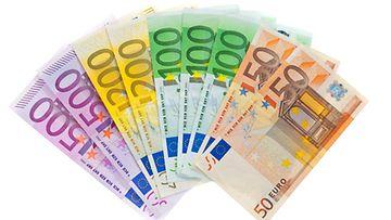 Puolet isovanhemmista avustaa lapsenlapsiensa perheitä kuukausittain rahallisesti.