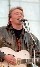 Joel Hallikainen esiintyi vuonna 1995 Puhdas elämä lapselle -hyväntekeväisyyskonsertissa.