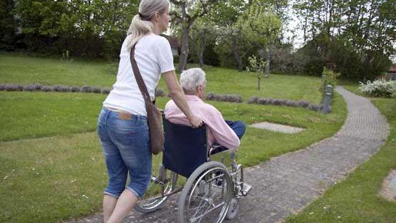 Toisessa päässä huolenpitoa odottavat lapsenlapsen, toisessa omat ikääntyvät vanhemmat.