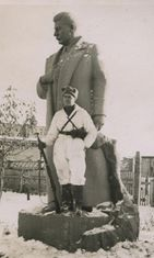 Myös tavallinen korpisoturi pääsi joskus jalustalle. Stalinin patsaat olivat tyypillisiä rintamahuumorin kohteita.
