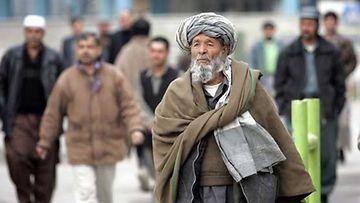 Afgaanimies kävelee Kabulissa.