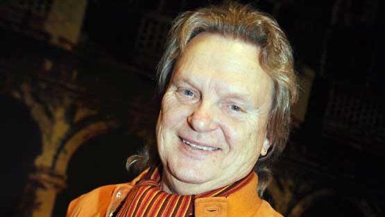 Pepe Willberg poseeraa Nenäpäivä-shown kampanjan avauksessa.