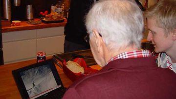 Uolevi, 79, ja Oskari, 19, tietokoneen äärellä.