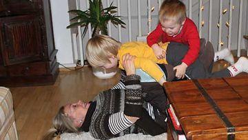 Tyttärenpojat pitävät mummin liikkeessä.