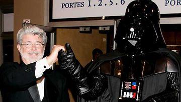 Ohjaaja George Lucas ja Darth Wader.
