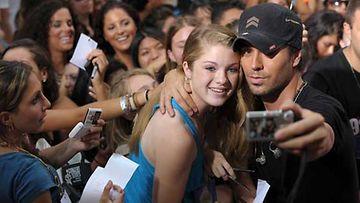 Latinopoppari Enrique Iglesias fanien ympäröimänä.