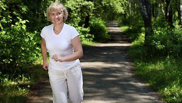 Kevyt liikunta viisi kertaa viikossa kannattaa, jos mielit pitkää ikää.