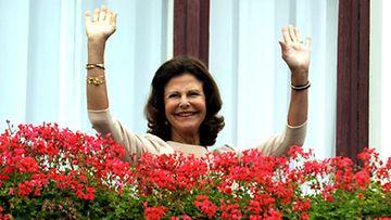 Ruotsin kuningatar Silvia tervehti kaupunkilaisia Tampereen raatihuoneen parvekkeella 26.  elokuuta 2009. Kuva: Lehtikuva/Matti Björkma