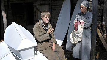Joonas Saartamo ja Terhi Suorlahti näyttelevät Hiljaisuus-elokuvassa.