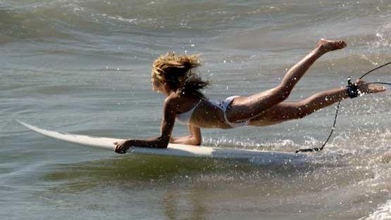 Cameron Diaz liukuu aaltojen syleilyyn Charlien enkelit -elokuvassa.