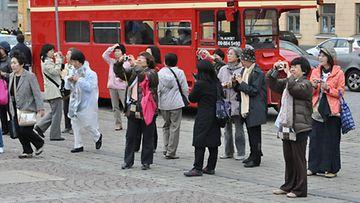 Aasialaisia turisteja Senaatintorilla.