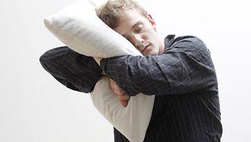 Naimisiin tyynyn kanssa.