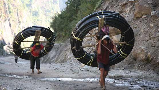 Nykyaika saapuu vuoristoon, uusi tie ja vesijohdot.