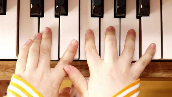 Pianovirtuoosi lumoaa yleisön taidoillaan.