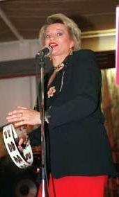Arja Sipola esiintymässä vuonna 1997.