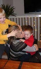 Leena-mummi jaksaa remuta lastenlasten kanssa.