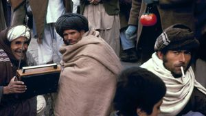 Afgaanimiehet kuuntelevat radiota Kabulissa vuonna 1980.