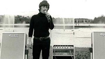 Nuori laulaja testaamassa laitteistoa.