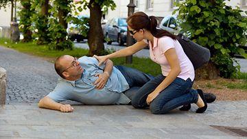 Maassa makaavaa kannattaa puhutella ennen ravistamista.