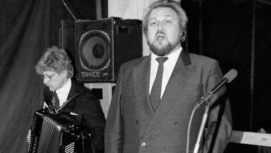 Jaakko Ryhänen ja Seppo Hovi esiintymässä Oopperatalon harjannostajaisissa vuonna 1990.