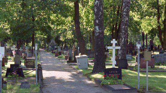 Hietaniemen hautausmaa on nykyään myös suosittu ulkoilualue.