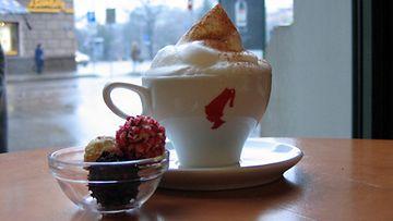Emils Gustavs Chocolate -kahvilassa voi poimia mieleisensä herkut.