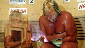 Venäläinen Vladimir Ladyzhenskiy kuoli saunomisen MM-kisoissa vuonna 2010. Vierellä pahat palovammat saanut Timo Kaukonen.