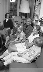 Ehrnroothien perhepotretti vuodelta 1971. Vasemmalta Karin-Brigitte, Eva, Adolf, Karin ja Hans Adolf. Kuvassa olevan nuoren naisen henkilöllisyys ei ole tiedossa.