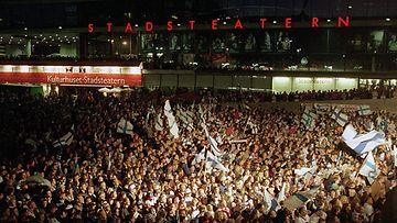 Suomi-fanit valtasivat Sergelin torin 1995 MM-finaalin jälkeen.