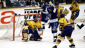 Timo Peltomaa on tuonut Suomen 1-4-tilanteeseen 1992 MM-finaalissa.