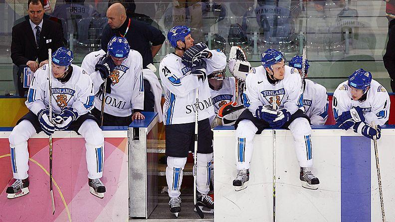 Apeita ilmeitä Suomen vihtoaitiossa 2006 olympiafinaalin jälkeen.