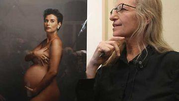 Valokuvaaja Annie Leibovitz poseeraa yhden tunnetuimmista otoksistaan, Demi Mooren raskauskuvan edessä.