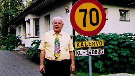 Kun Kalervo Leppäniemi täytti 70 vuotta, hänen poikansa tekivät vauhdikkaalle isälleen oman liikennemerkin.