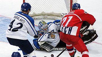 Jan Hlavac nostaa kiekon yli Miikka Kiprusoffin.