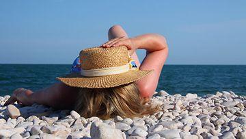 Auringonpistoksen oireita ovat muun muassa päänsärky ja pahoinvointi.