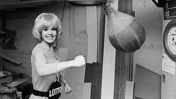 Lottotyttö harjoittelee nyrkkeilyä.