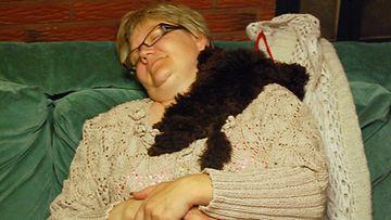 Pia ja Rico-koira huilaavat.