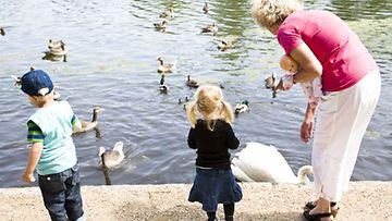 Isovanhemmilla ei ole aina yhtä helppoa kiintyä kaikkiin uusperheen lapsiin. Kuvan henkilöt eivät liity juttuun.
