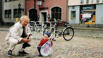 Pappa osti Oskarille ensimmäisen tennismailan Saksassa.