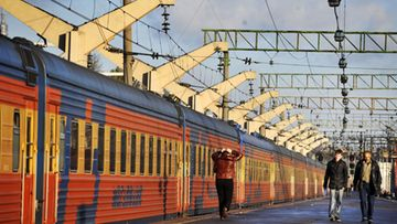Junassa tutustuu venäläisiin.
