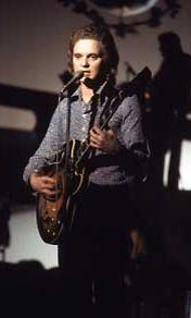 Pepe laulaa Suomen euroviisukarsinnoissa vuonna 1975.