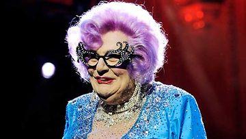 Dame Ednan värikäs ulkomuoto ei jää huomaamatta.