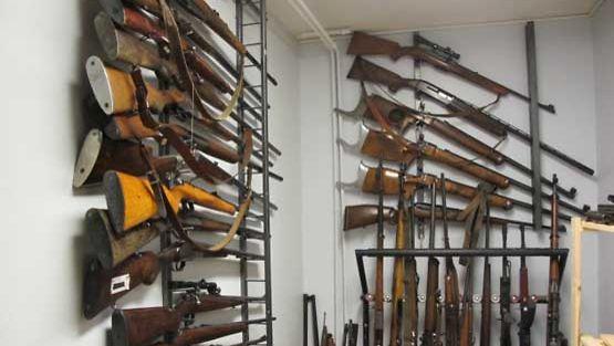 Asekauppias ja -keräilijä P.J. Virtaselle on kertynyt aimo kokoelma aseita.