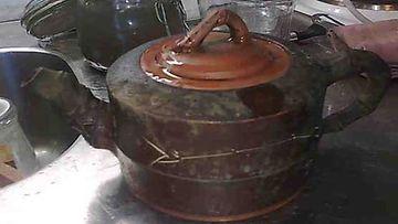 Tulipalossa mustuneesta teepannusta tuli vielä käyttökelpoinen. Kuvassa vasta kansi on pesty.